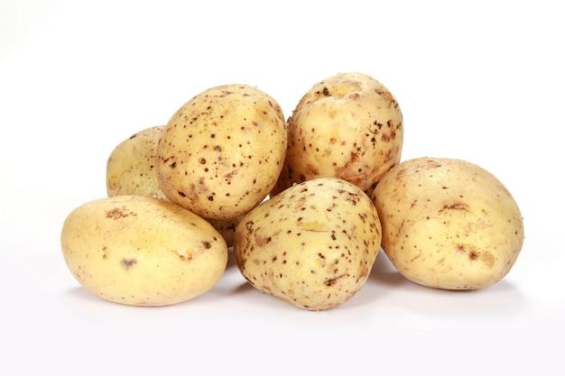Крупным планом свежий картофель на белом