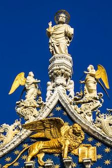 베니스, 이탈리아에서 대성당과 산 마르코 대성당 위에 대리석 동상의 근접 촬영