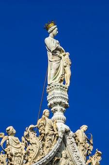 베니스, 이탈리아에서 대성당과 산 마르코 대성당 위에 대리석 동상의 근접 촬영 프리미엄 사진