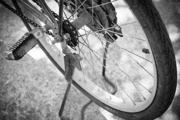古くてさびた自転車チェーン、黒と白のトーンフィルターのクローズアップ。
