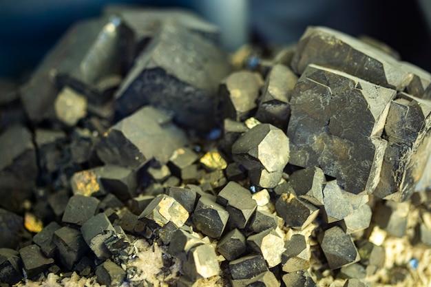원시 갈레나이트 광물 결정의 근접 촬영