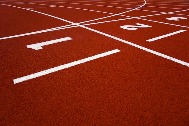 Крупным планом беговая дорожка красного стадиона