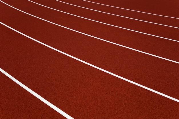 빨간 경기장 육상 트랙의 근접 촬영