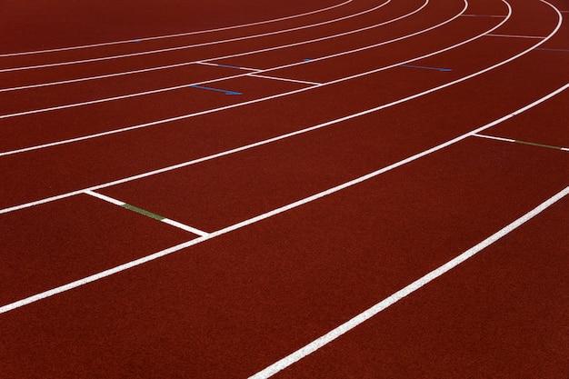 Крупным планом беговые дорожки красного стадиона