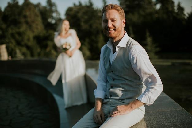 彼の若い花嫁の前に座っている若い新婚男性のクローズアップ