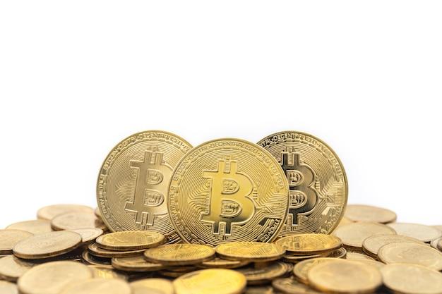 동전 더미와 함께 3 개의 금 bitcoin 동전의 근접 촬영