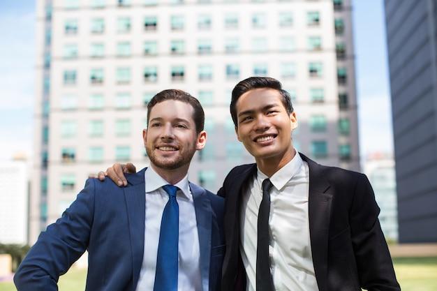 Макрофотография двух деловых людей друзей на открытом воздухе