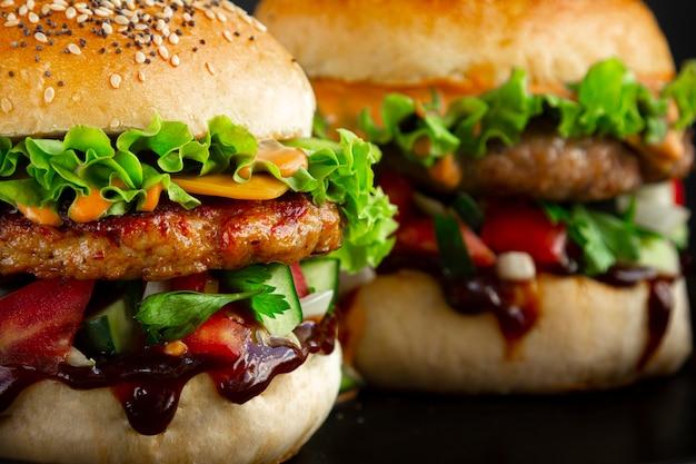 두 개의 신선한 맛있는 햄버거의 근접 촬영