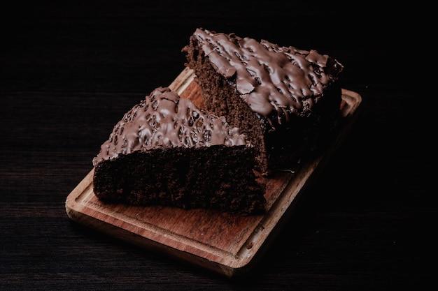 나무 판자에 맛있는 초콜릿 케이크 두 조각 클로즈업
