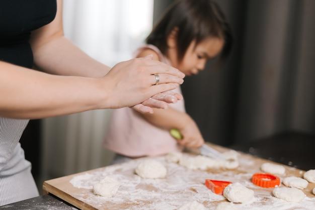 쿠키를 만들기 위해 생 반죽에서 알아볼 수 없는 여성 곰팡이의 클로즈업