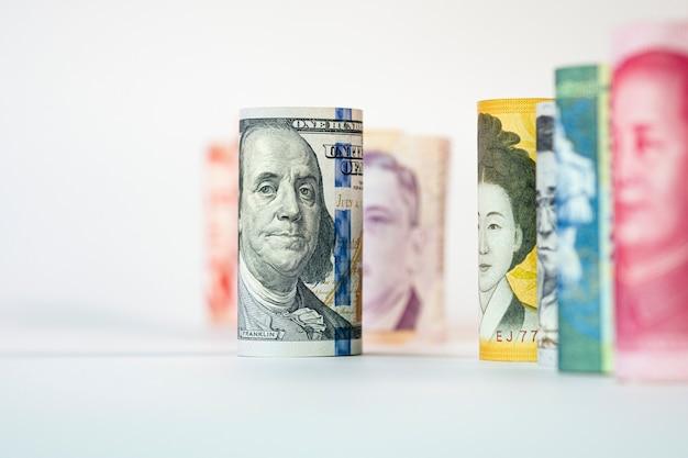 Крупный план банкноты доллара сша среди международных банкнот