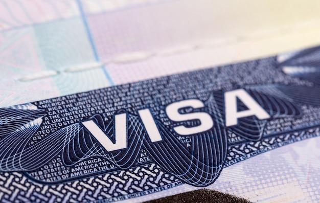 Крупным планом визы сша в паспорте