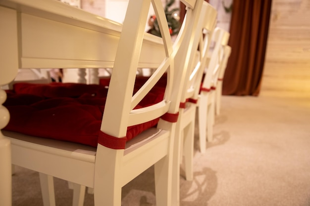 축제 새해 인테리어 배경에 빨간색 베개가 있는 흰색 식탁 클로즈업