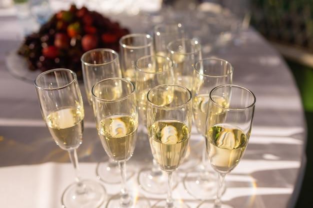 テーブルの上に一列に白ワイングラスのクローズアップ
