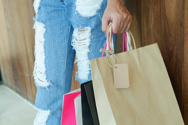 Крупным планом женщина, холдинг сумок с копией пространства