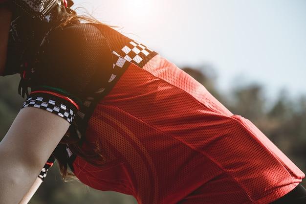 幸せで自転車に乗る女性のクローズアップ。