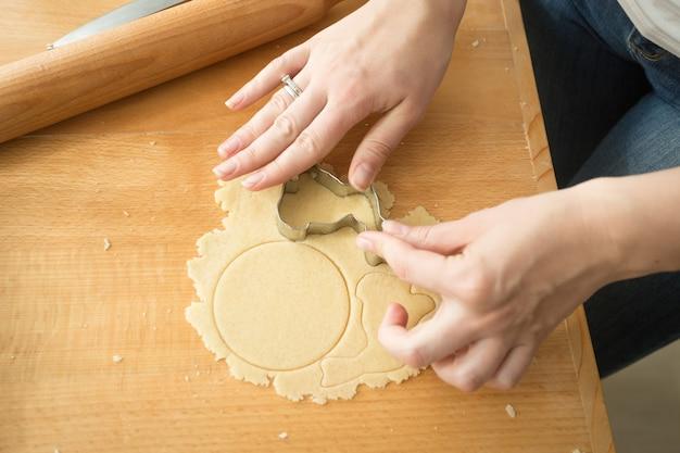 クッキーカッターを使用して女性のクローズアップ