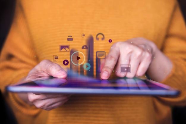 디지털 태블릿을 사용하여 디지털 미디어를 즐기는 여성의 근접 촬영, 전면보기