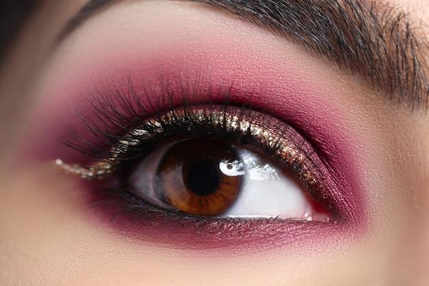아름다운 화장과 여자의 눈의 근접 촬영