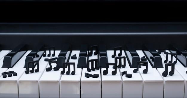 Крупным планом деревянные черные ноты на клавиатуре пианино