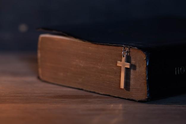 나무 기독교 십자가의 근접 촬영