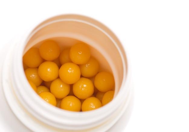 흰색 절연 열기 상자에 노란색 알약의 근접 촬영