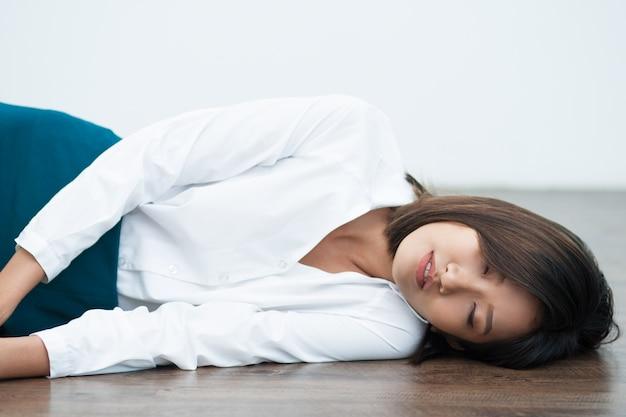 床に眠る若いアジアの女性のクローズアップ