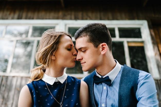 若いカップルがキスのクローズアップ