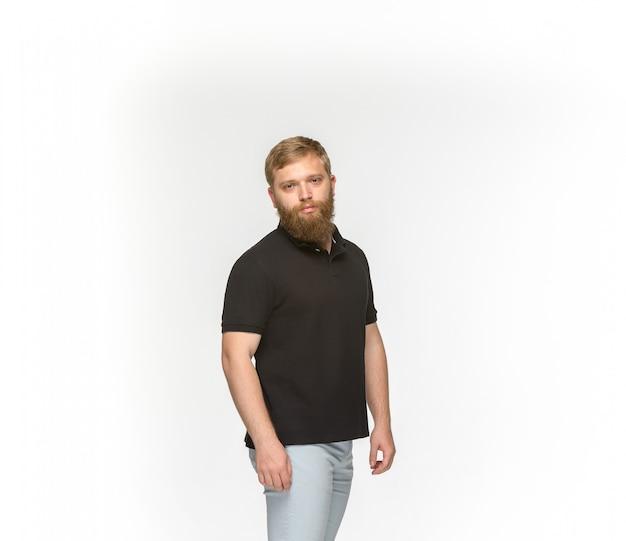 흰색 배경에 고립 된 빈 검은 티셔츠에 젊은 남자의 몸의 근접 촬영. disign 개념을 모의