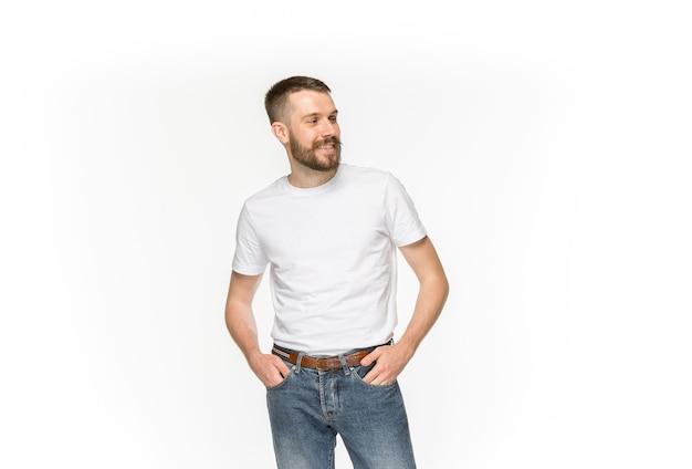 白い背景で隔離空の白いtシャツの若い男の体のクローズアップ。洋服、コピースペースを備えたデザインコンセプトのモックアップ。広告の概念。正面図