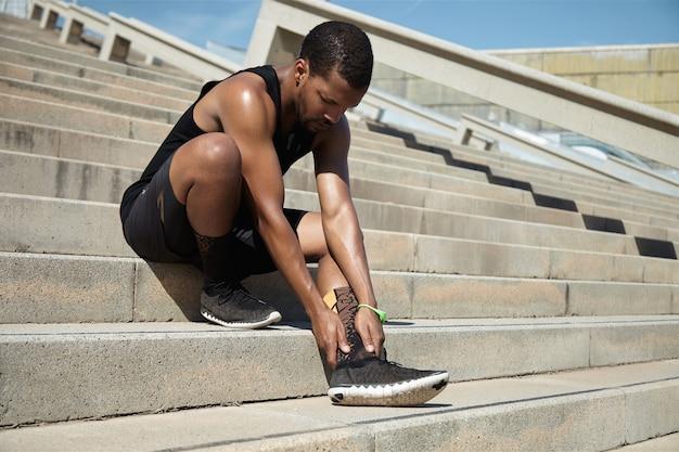 足首の負傷の若い男のクローズアップ