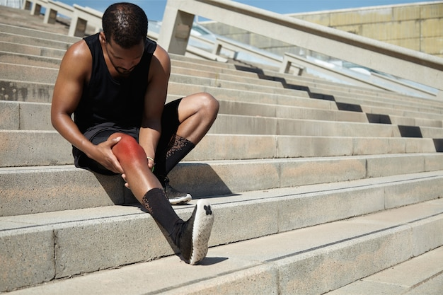 膝の怪我をした若い男のクローズアップ