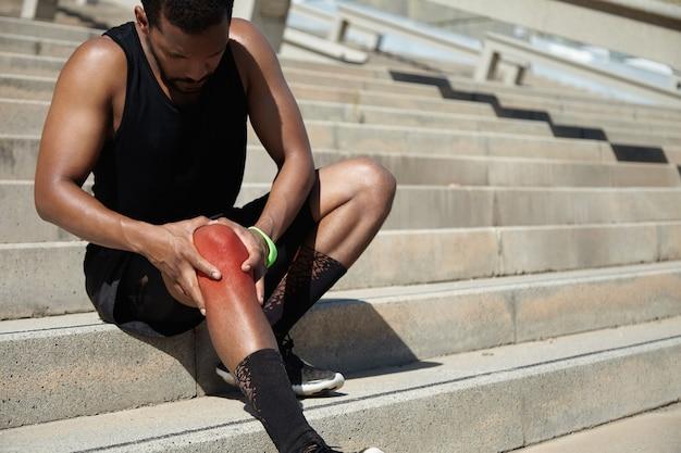 무릎 부상으로 젊은 남자의 근접 촬영