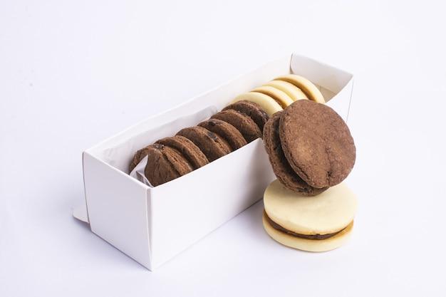 흰색 테이블에 맛있는 초콜릿 쿠키 클로즈업