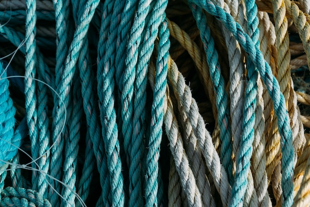 Primo piano di vecchie corde e reti da pesca sotto la luce del sole