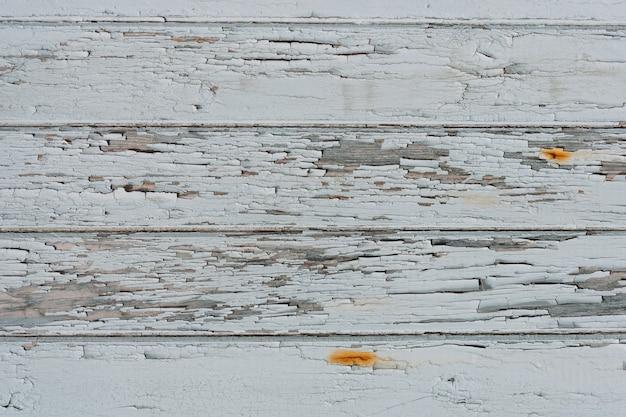 Primo piano di una vecchia superficie di legno di assi con graffi su di essa