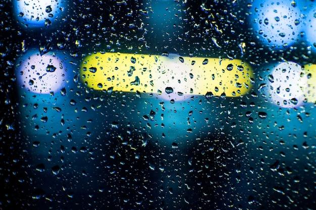 Крупным планом на автомобильном стекле с комком дождя