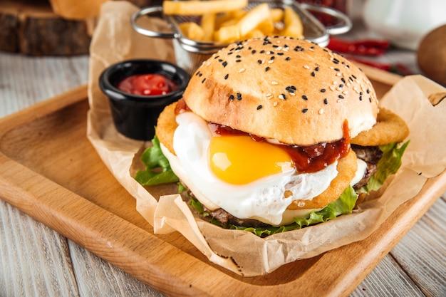 食欲をそそるハンバーガーと目玉焼きのクローズアップ