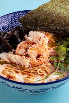 버섯과 새우와 아시아 에비라면 국수 스프에 근접 촬영