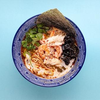 Крупный план на азиатском супе с лапшой эби рамэн с грибами и креветками