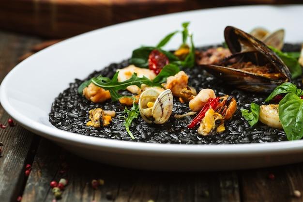 ムール貝と黒のリゾット料理へのクローズアップ