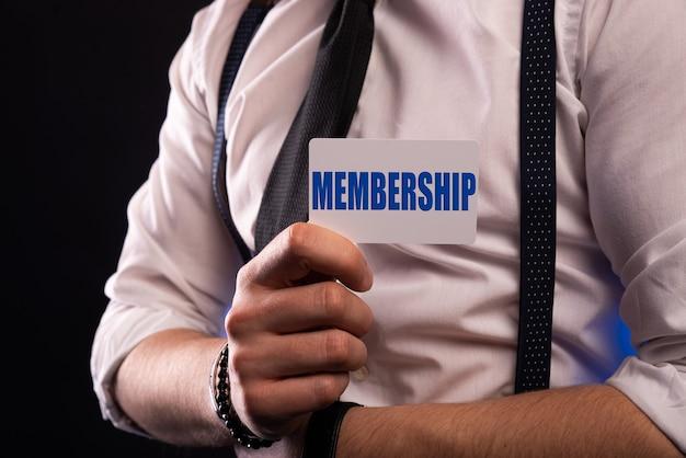 Крупным планом на бизнесмена, держащего карту с сообщением о членском взносе, изображение бизнес-концепции с фоном мягкого фокуса
