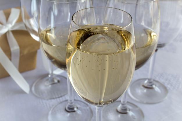 ワイングラスのシャンパンへのクローズアップ