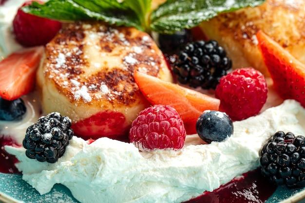 Крупным планом на творожные оладьи с ягодами