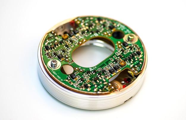 電子ボードと電子デバイスのクローズアップ白い背景の上のプリント回路基板pcb