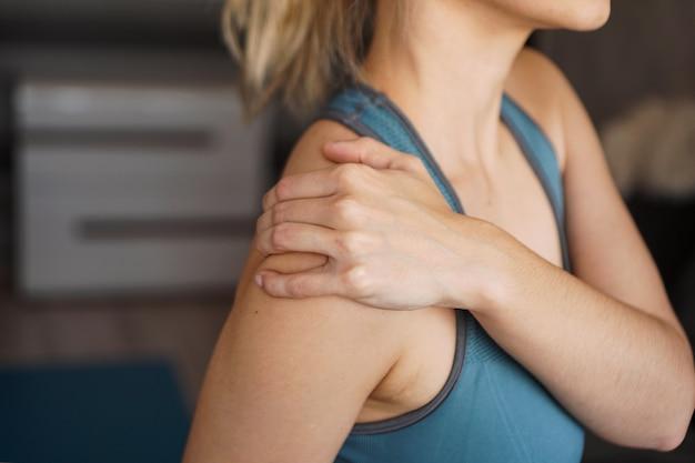 어깨에 통증이있는 피트 니스 여자에 근접 촬영입니다. 가정 운동 후 통증