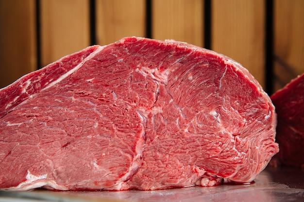 Крупным планом на свежее сырое мясо говядины в разрезе