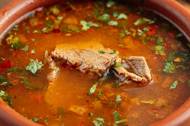 Крупным планом на грузинский национальный суп харчо с говядиной и рисом