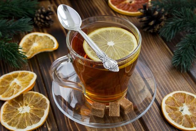 ガラスのコップにレモンと熱いお茶へのクローズアップ