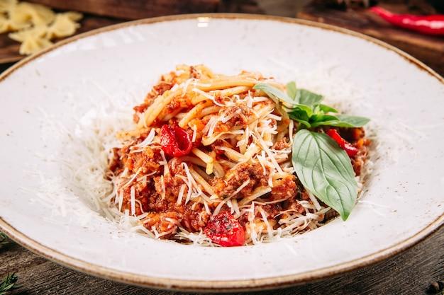 Крупным планом на итальянские спагетти болоньезе с рубленой говядиной